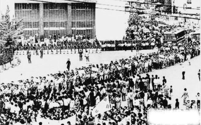 韩国光州事件回顾,市民自发的要求民主运动(死伤民众4000余人)