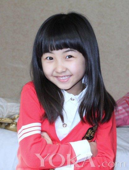 """""""00后""""童星  张子枫出生于2001年8月27日 张子枫的走红是因为曾拍摄了冯小刚导演的《唐山大地震》,而小小年纪的她却很好的消化了电影中的角色,随后也连续接拍了不少的影视作品。"""
